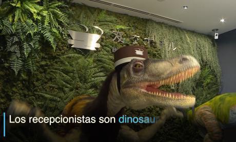 Los dinosaurios recepcionistas que son la sensación en Tokio