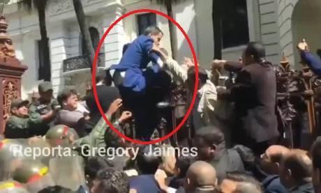En video | Momento en que Guaidó intenta ingresar al Parlamento de Venezuela saltando una reja