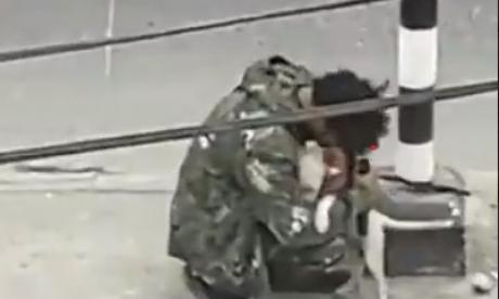 Hombre abraza a su mascota luego de no recibir ayuda económica