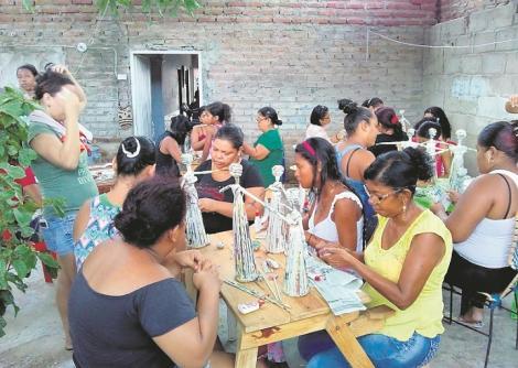 Mujeres de la Fundación Amigos de los Hogares Creando Futuros trabajan en la creación de artesanías y  otras actividades.