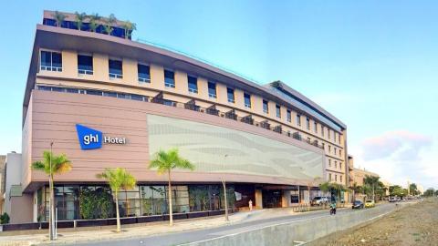 El hotel cuenta con 92 habitaciones, 5 salones, restaurantes y bares.