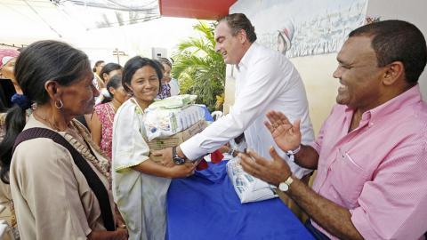 El ministro Iragorri entrega leche a mil familias vulnerables de 15 municipios en La Guajira.