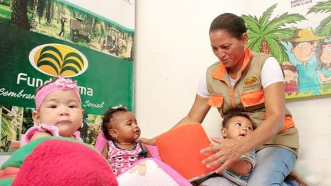 La Fundación enseña a las madres cómo cuidar y proteger a los bebés.