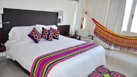 Las habitaciones del hotel Taroa están decoradas con coloridas artesanías wayuu, insignias de la región.