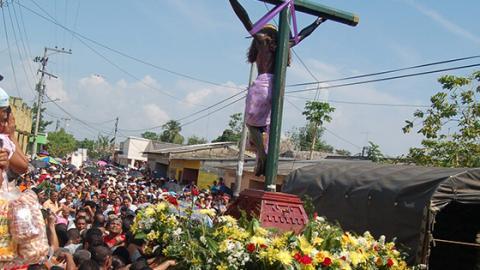 Cientos de personas salen en la procesión.