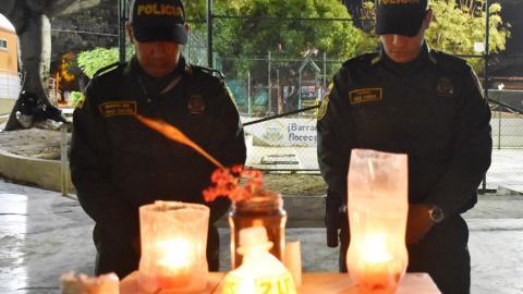 Los patrulleros de la Policía miran hacia el interior de la Estación San José.