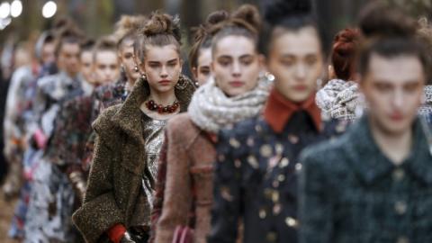 Modelos de Chanel desfilan en la pasarela cerrando el evento.