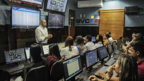Estudiantes en el Laboratorio Financiero y Punto BVC en Ceipa Business School, Barranquilla.