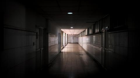Pasillo del sótano del hospital Universitario Cari de Alta Complejidad. Los funcionarios dicen que, por lo general, permanece desolado.