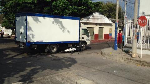 La moto quedó debajo del accidente tras ser embestida.