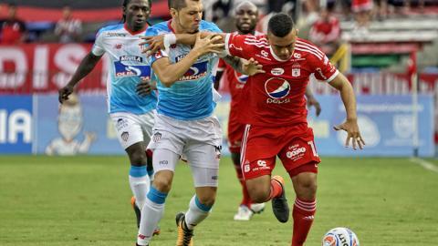 Leonardo Pico peleando la bola con Lizarazo.