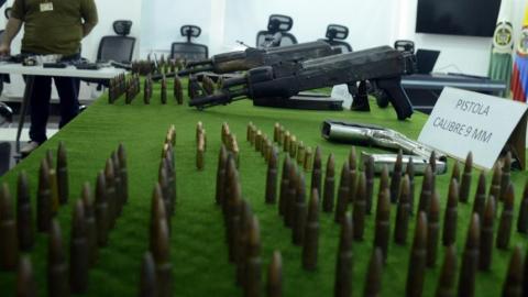 Los fusiles y las balas incautadas en el operativo.