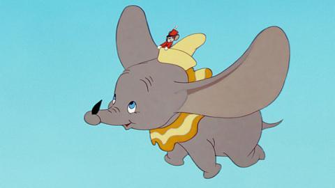 Dumbo volando en la película de Disney de 1941.