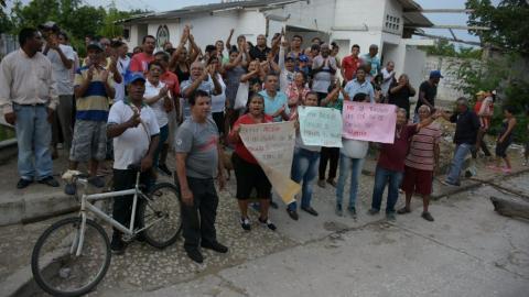 Comunidad del barrio Soledad 2000 durante el plantón frente al CAI.