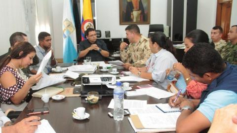 EEl alcalde Rafael Martínez reunido en su despacho con representantes del Ejército, Policía, Defensoría y otras instituciones.