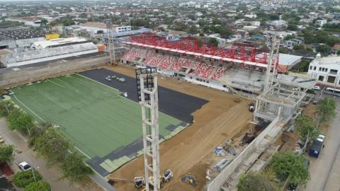 Instalación de la grama sintética del Estadio Moderno.