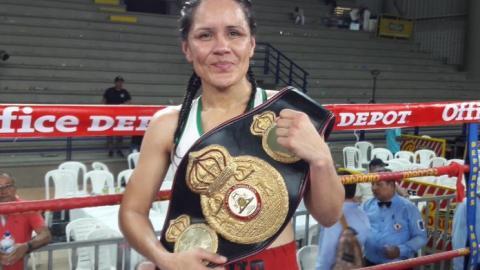 La pegadora mexicana Yazmín 'la Rusita' Rivas con el cetro mundial supergallo de la AMB.