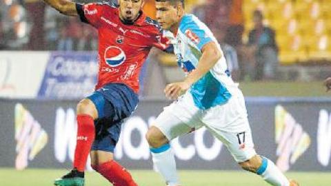 Jorge Arias ante la marca de Javier Calle.