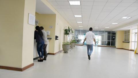 Pasillo del Hospital Universitario Cari, que a diario se ve vacío.