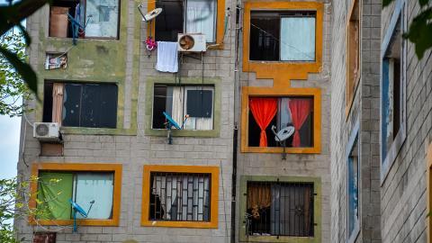 Algunos apartamentos cuentan con aires acondicionados y antenas parabólicas para televisión.