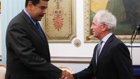 Nicolás Maduro estrecha la mano al senador Corker.