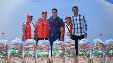 El alcalde Carlos Alberto Silvera con tres beneficiarias del programa de ayuda para adultos mayores del municipio de Galapa.