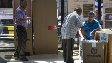 Colombianos votando este domingo en Venezuela.