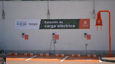 Estación de carga para vehículos eléctricos en el interior del país.