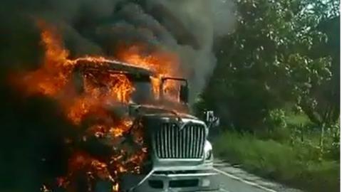 Tras chocar, el pesado vehículo se incineró.