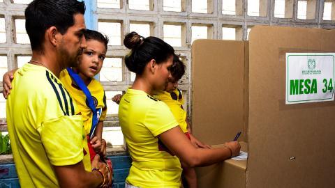 La familia Minorta Villafañe depositando su voto en la Institución Educativa Simón Bolívar.
