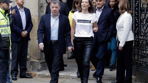 María Clemencia 'Tutina' de Santos lució su camisa 'Colombianísima'.