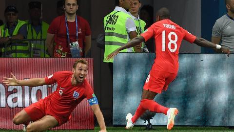Harry Kane celebra su gol angustioso y victorioso con Ashley Young.