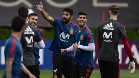 Diego Costa bromea en un entrenamiento de España.