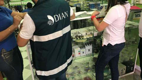 Funcionarios de la Dian visitan un establecimiento comercial de Barranquilla.