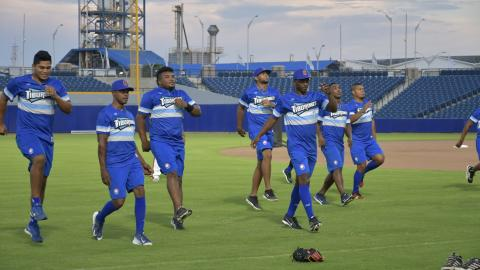 La selección Colombia de béisbol entrenando en el diamante Édgar Rentería.
