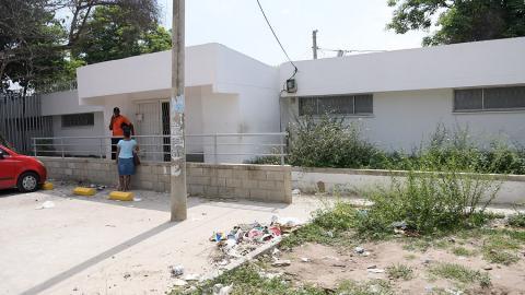 El puesto de salud del barrio La Chinita está rodeado de maleza y de basuras.