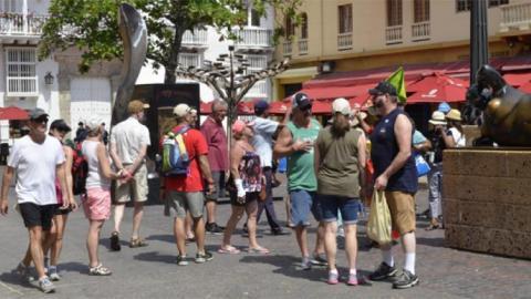 Grupo de turistas en la Plaza Santo Domingo.