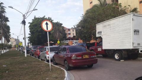 Vehículos mal estacionados en Villa Carolina.