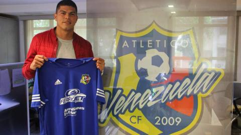Edder Farías posa con la camiseta del Atlético Venezuela.