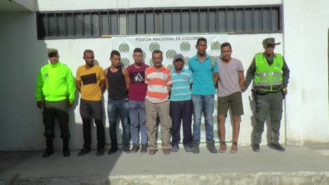 Las siete personas capturadas en el operativo.