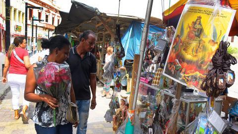En el sector aledaño a la Plaza de San Nicolás los vendedores ofrecen imágenes de la Virgen del Carmen.