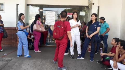 Carteles de los trabajadores a las afueras del hospital.