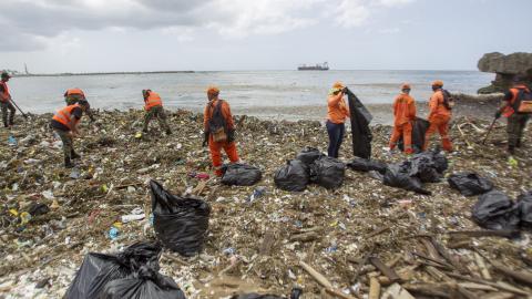 Trabajadores del Ministerio de Obras Públicas y Comunicaciones (MOPC), recogen basura de las playas de Güibia, Montesino y al lado del Obelisco femenino en la zona del Malecón, en Santo Domingo.