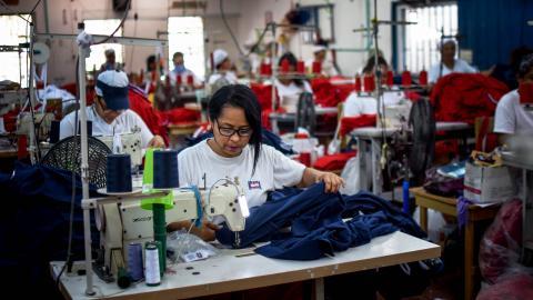Trabajadora de una empresa del sector textil en el Atlántico.