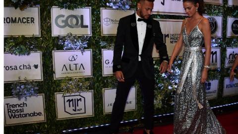 Neymar y su novia Bruna Marquezine a su arribo a una subasta para ayudar a niños de barrios conflictivos en Sao Paulo.