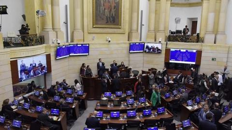 Congresistas de diferentes bancadas durante un debate en plenaria del Senado de la República.