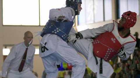 José Cobas (derecha) en acción durante su combate final ante el mexicano René Lizarraga, duro rival.