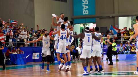 Los jugadores boricuas celebran el triunfo en la final.