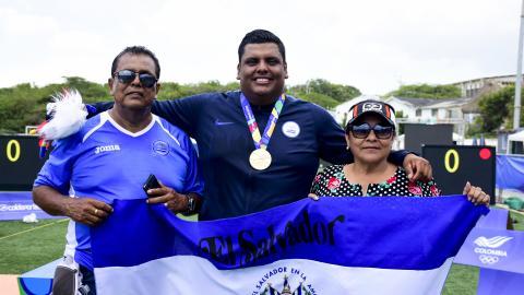 Roberto junto a su padre José y su madre Alba.