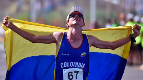 Jeisson Suárez celebra con la bandera de Colombia.